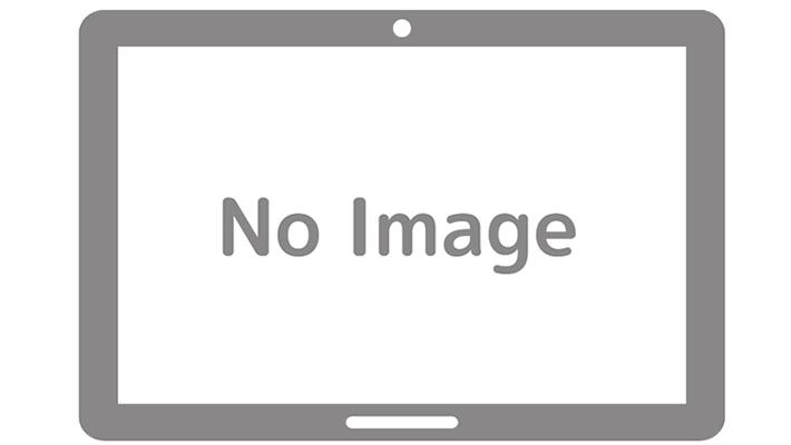 鼻の穴にライトをあてられるお姉さん