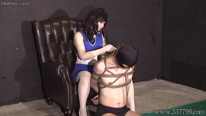 男をロープで緊縛していくあいあおい