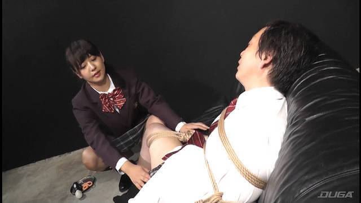 M男をソファに縛りつけて動けないように拘束する女子校生