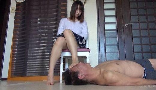 サンダルで顔を踏んだあと裸足でご飯を食べさせて足舐め奉仕させる素人娘