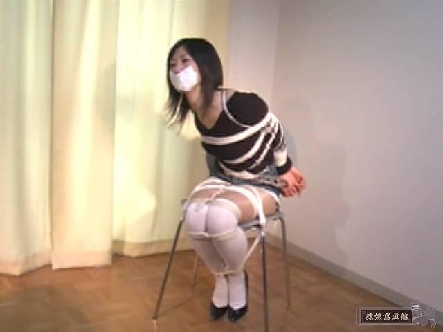 口をふさがれ、椅子で緊縛される相田ななこ