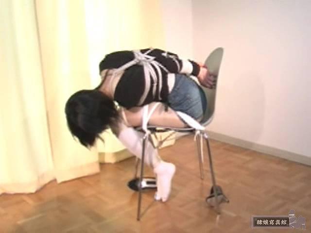 椅子で前かがみになる相田ななこ