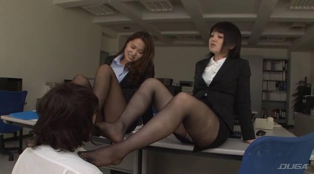 生徒の顔を踏む女教師たち