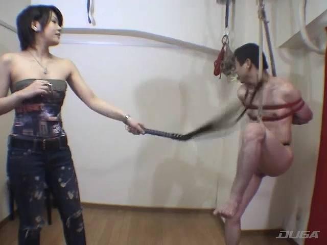 男に鞭をうつミラ・ラミィー