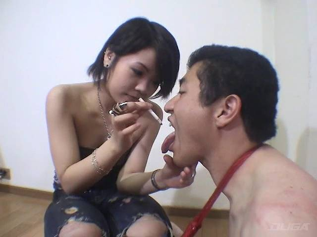 男の舌にたばこをつけるミラ・ラミィー
