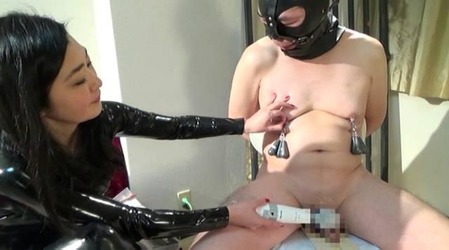 男のチンコに電マをあてて快楽を与える大道寺ゆり女王様