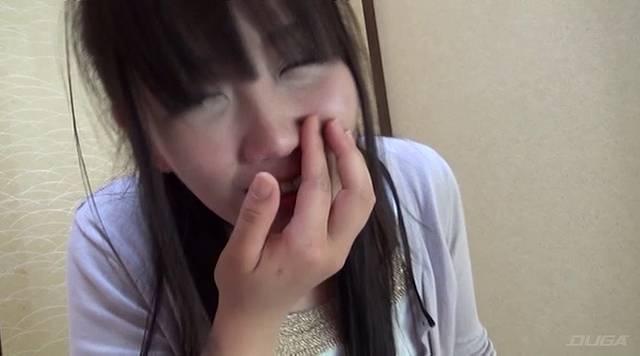 鼻に指をあてて鼻水を集める花井優子