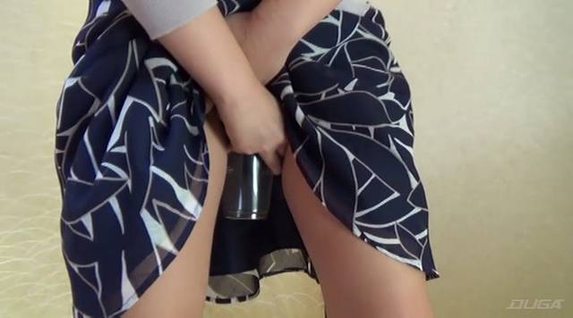 カップをマンコにあてて放尿する花井優子
