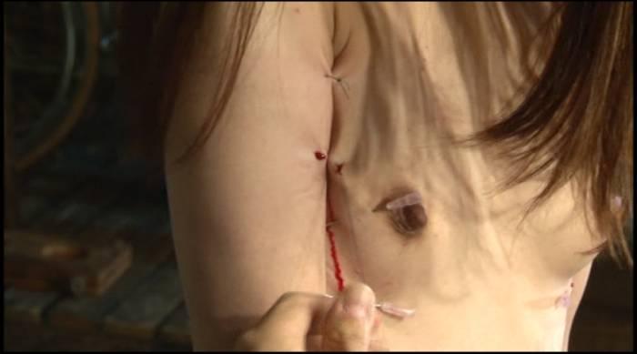 pain gate 身体を縫われるアヤちゃん