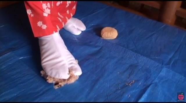 足袋を履いた足でおにぎりをフードクラッシュする花魁の青葉