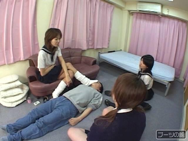 男の顔に足を押しつける女子校生