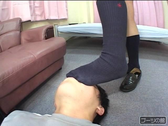 鼻と口を靴下で押さえこまれる男性