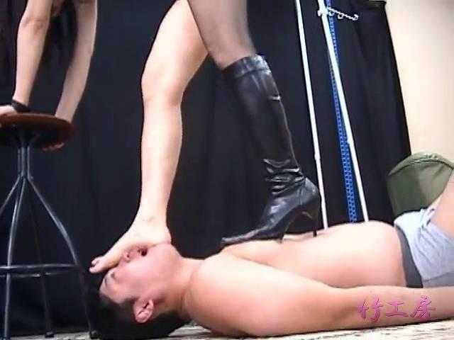 裸足で男の顔を踏む璃夏女王様