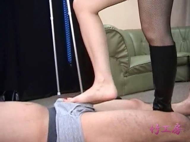 パンツの上から足コキする璃夏女王様