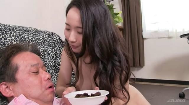 お菓子を見せる美咲結衣女王様