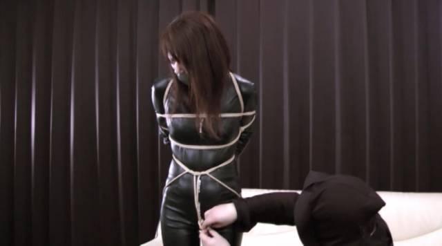 キャットスーツの上から縛られる柳澤沙耶香