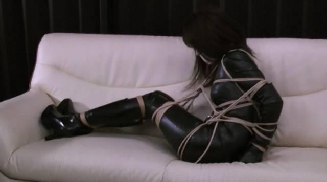 縛られてソファの上で放置される柳澤沙耶香