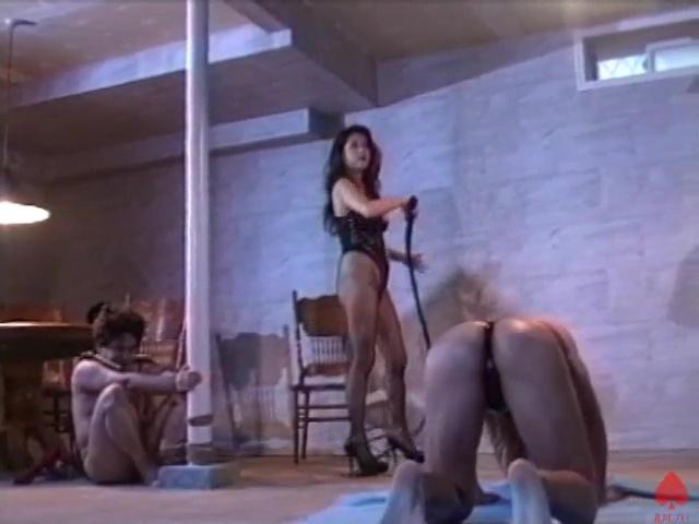 激しい一本鞭打ちで奴隷を調教