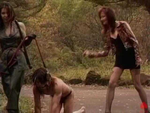 野外で奴隷を四つん這いにさせて鞭でしばいています