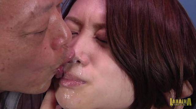 口臭親父が美女の鼻舐めレイプ006